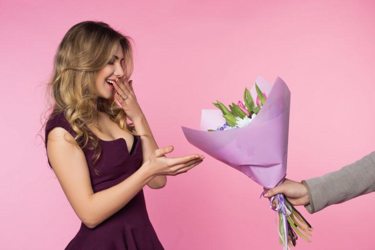 """Znalezione obrazy dla zapytania: bukiet kwiatów wręczaie"""""""